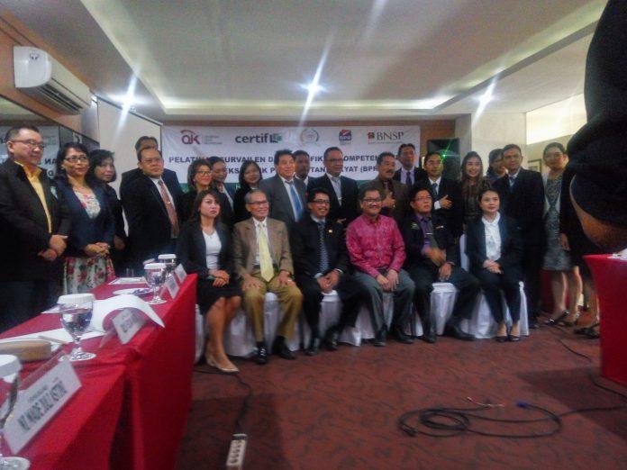 Berpose bersama, para peserta, tutor, Pengurus Perbarindo dan Perwakilan OJK saat pembukaan pelatihan survailen dan sertifikasi kompetensi kerja bagi Direksi BPR bertempat di Hotel Quest.