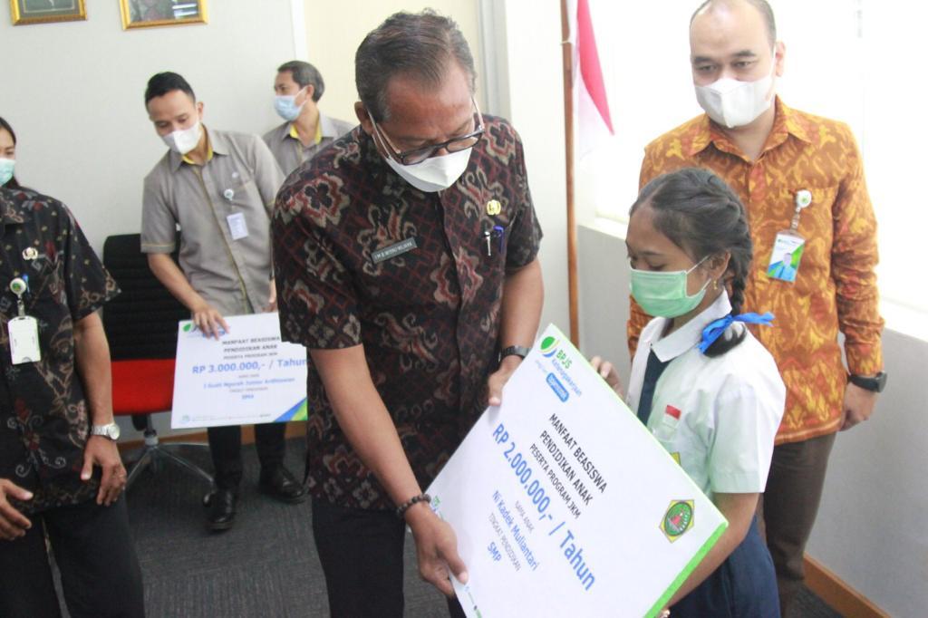 Tiga Siswa Gianyar Terima Beasiswa Dari Bpjs Ketenagakerjaan Bisnis Bali